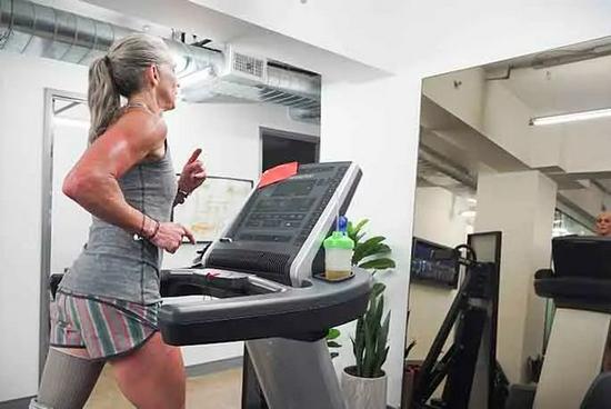 22小時跑100英里!48歲單腿媽媽拼下世界紀錄