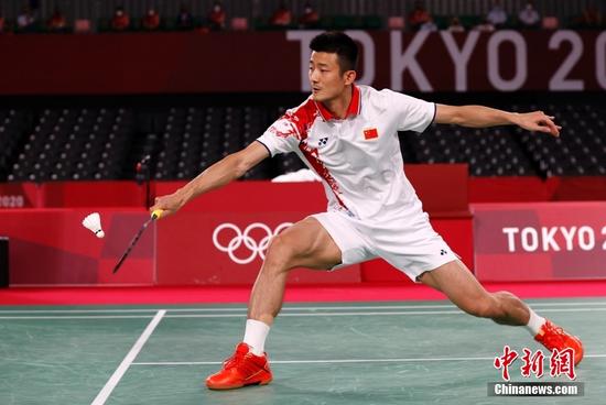 北京时间8月2日晚,在东京奥运会羽毛球男子单打决赛中,中国选手谌龙以0:2(21:15、21:12)不敌丹麦选手安赛龙,获得一枚银牌。图为谌龙在比赛中。 中新社记者 韩海丹 摄