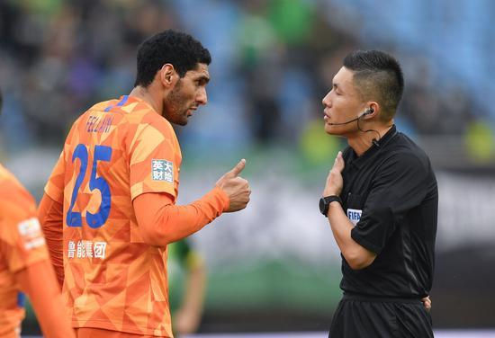 山东鲁能泰山队球员费莱尼(左)在比赛中与主裁判沈寅豪疏导。新华社记者许畅摄