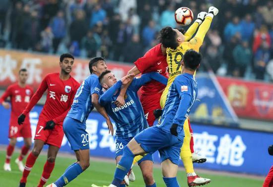 2019赛季中超:江苏苏宁队守门员张岩(右二)在比赛中化解险球。新华社记者杨磊摄