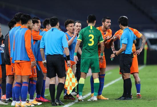 新华社:裁判因素降到最低 才有利于联赛与社会稳定