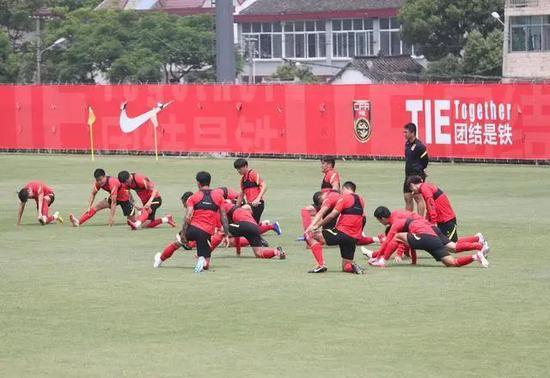 △国足球员在训练中。新华社发