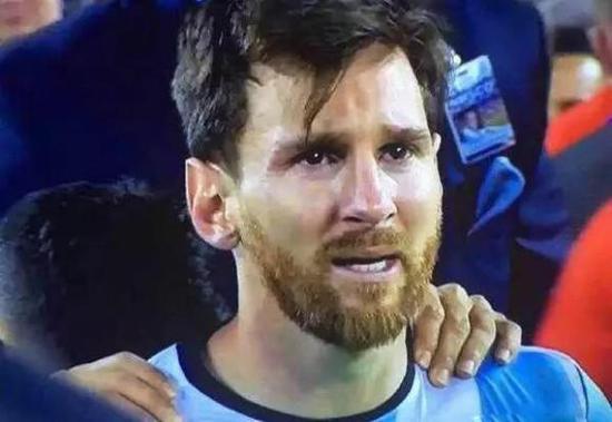 百年美洲杯決賽后,罰丟點球失去冠軍的梅西在賽場流淚圖片