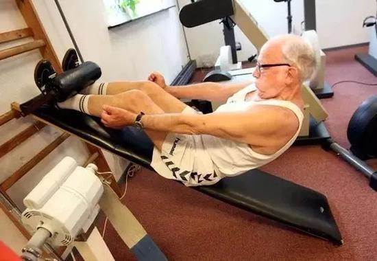 面对着满健身房和他曾孙清淡大幼的健身者