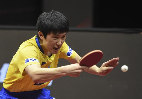 3月5日,张本智和在比赛中回球。新华社发(尼库摄)