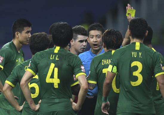 北京中赫国安队球员围住主裁判张雷(中)理论。新华社记者季春鹏摄