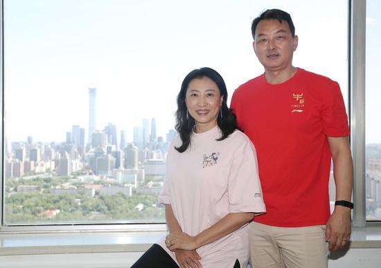张宁与家人分享喜讯。新京报记者 王飞 摄