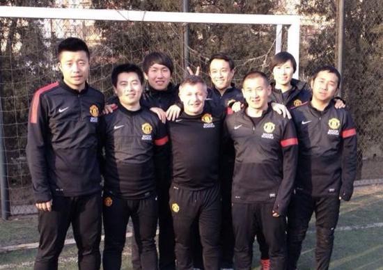 荆永兴(左二)在曼联足球私塾教练员培训中