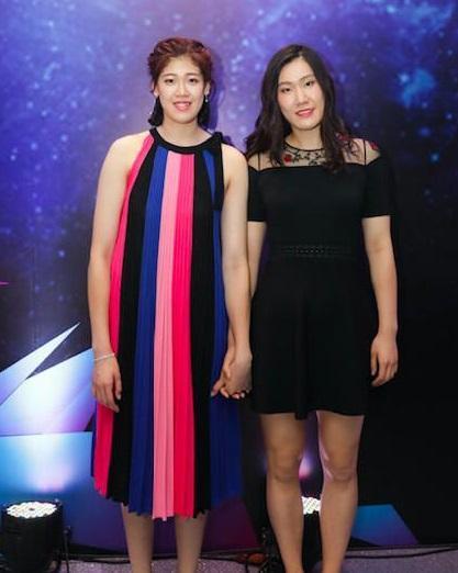 李盈莹(左)在全明星赛红毯秀的造型望上去并不正当她
