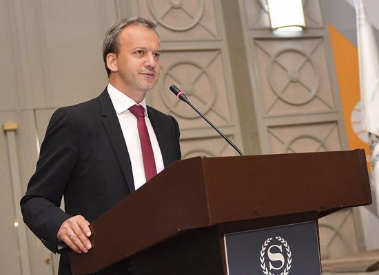 资料图:德沃尔科维奇在国际棋联第89届代表大会上发言。新华社发(塔穆娜摄)