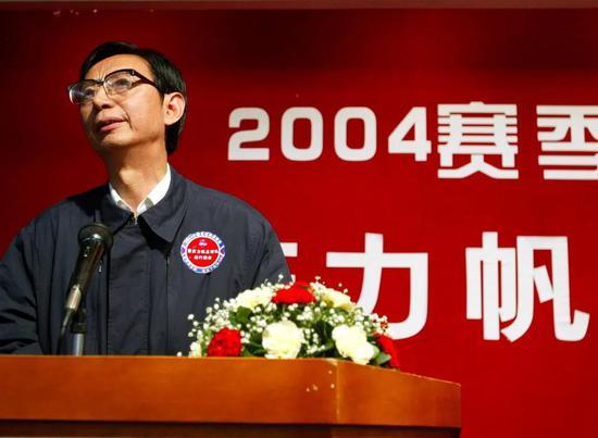 他17年投8亿给重庆留下足球信仰 卸任已然满头白发