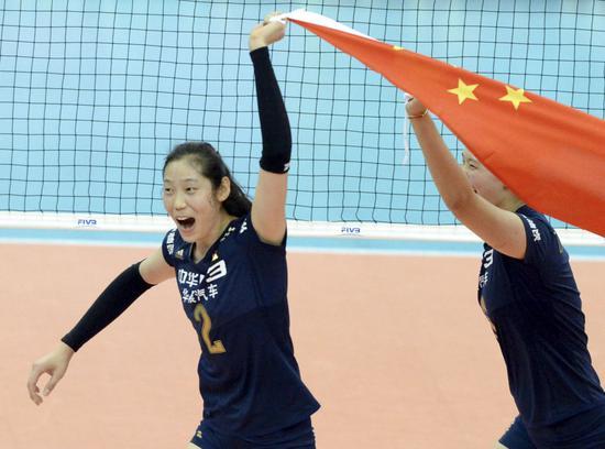 朱婷(左)与队友庆祝成功。中国女排以10胜1负的战绩取得第12届女排世界杯冠军。新华社记者马平摄