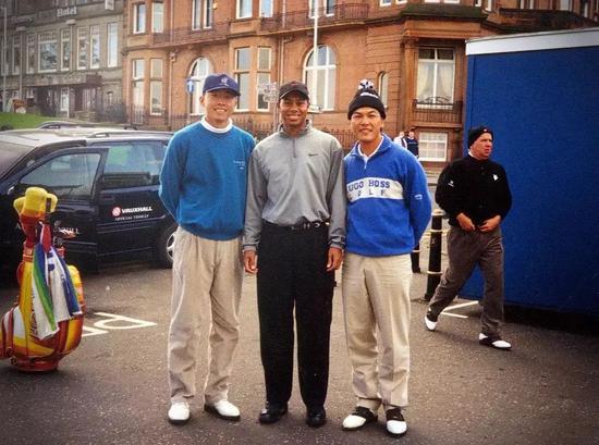 1998年程军和张连伟代外中国队参添登喜路杯,与代外美国队的泰格-伍兹同场竞技