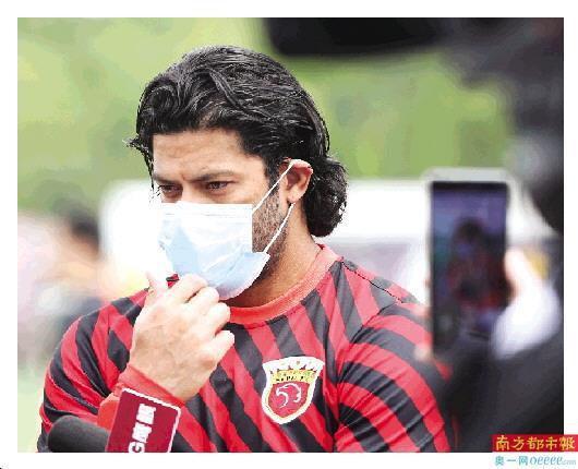 胡尔克5月在上海上港媒体开放日上接受采访,疫情下中超何时开赛仍是未知数。 新华社发