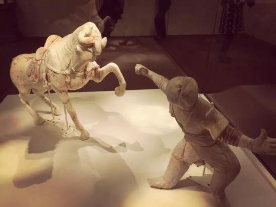 图1 唐 彩绘陶舞马与胡人驯马俑 洛阳博物馆藏 高建新摄