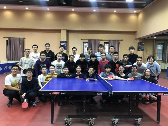 吴飞(右一)的乒乓球课在私塾颇受迎接