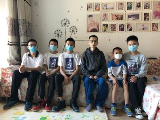 5月31日,幼球员们拜访荆永兴