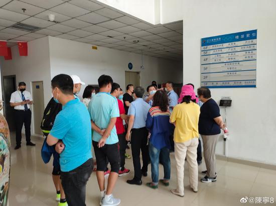 辽足球员和家属在体育局讨要说法。