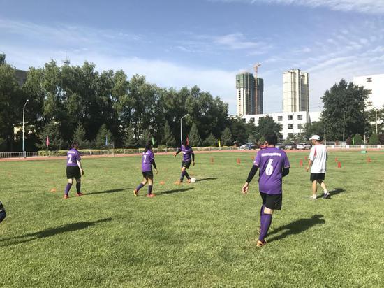 白银市稀奇哺育私塾的孩子们正在进走足球训练。新华社记者程楠 摄