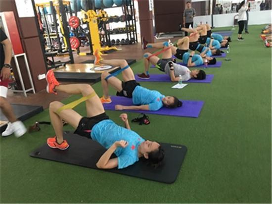 一天三练挑战自我 国家女子水球队强化体能攻难关