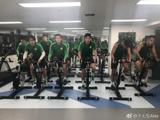 ▲北京中赫国安队球员行使行感单车训练。图据足球运行员于大宝微博