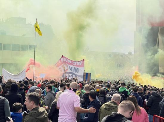 抗议格雷泽家族!球迷涌入曼联主场 双红会或延期