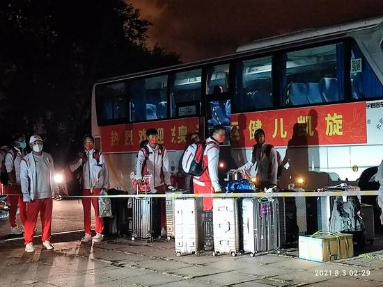 中国帆船帆板队载誉归来 抵达锦州封闭隔离