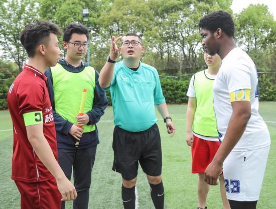 刘奕的裁判生涯从业余比赛起步。