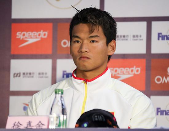 11月1日,中国游泳运动员徐嘉余在新闻发布会上。新华社发(雒圆摄)