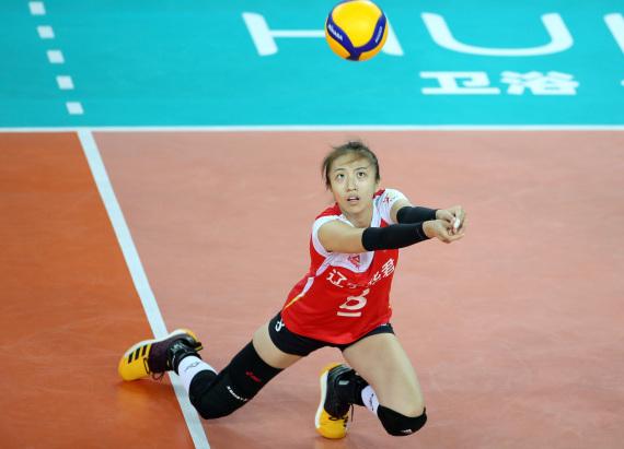 丁霞在比赛中救球。新华社记者秦朗摄