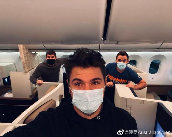 瓦林卡在飞机上自拍。