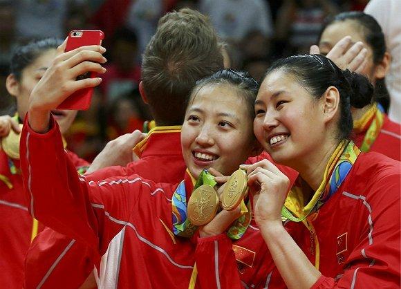 来自辽宁女排的丁霞和颜妮祝贺里约夺金。(图片来源:视觉中国)