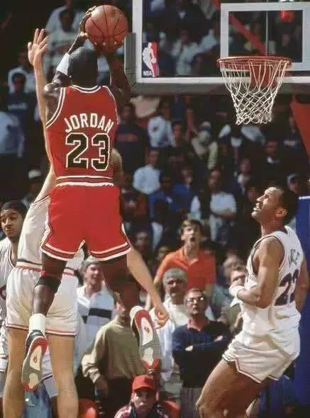乔丹经典比赛视频_乔丹投篮高度有多逆天?看看这5张照片_NBA_新浪竞技风暴_新浪网