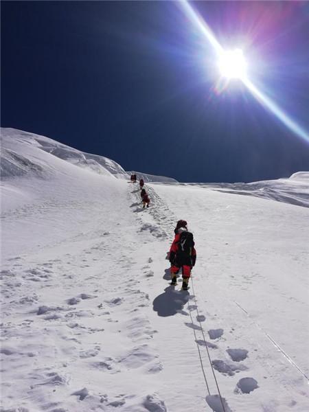 5月24日晚,2020珠峰高程测量登山队队员到达海拔7028米的北坳营地 2020珠峰高程测量登山队图
