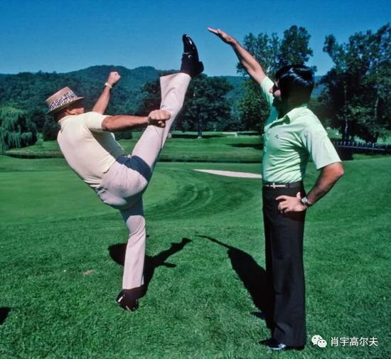 67岁的斯尼德向塞维-巴雷斯特罗斯外演本身的踢腿功夫