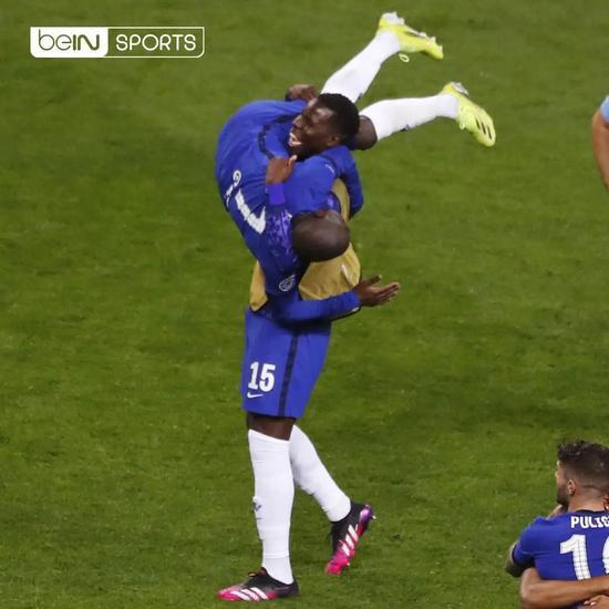 欧冠决赛后,法国队友祖马将坎特抱在怀里