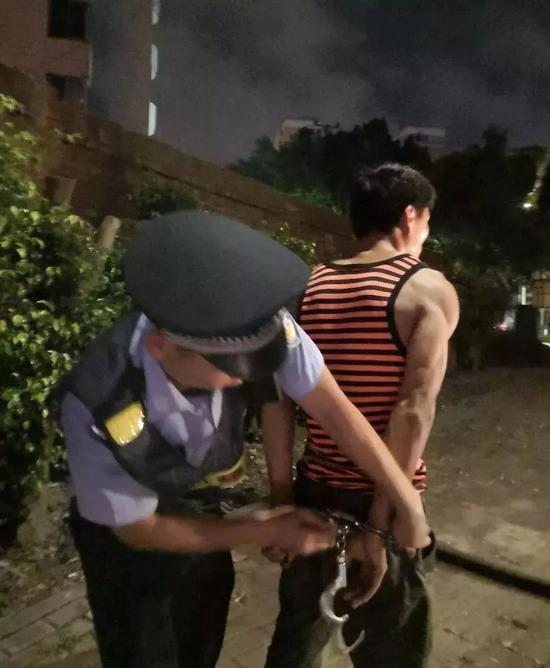 男子夜跑被人拿刀追砍!砍人者被巡逻民警生擒