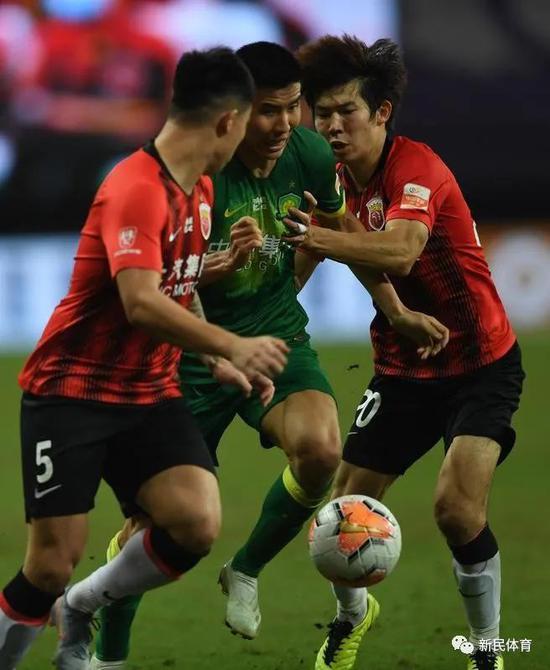 杨世元(右)在比赛中十分积极