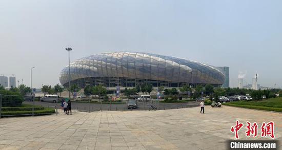 图为大连体育中央体育场全景。 邓涵竹 摄