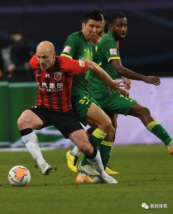 穆伊(左)防守对方球员