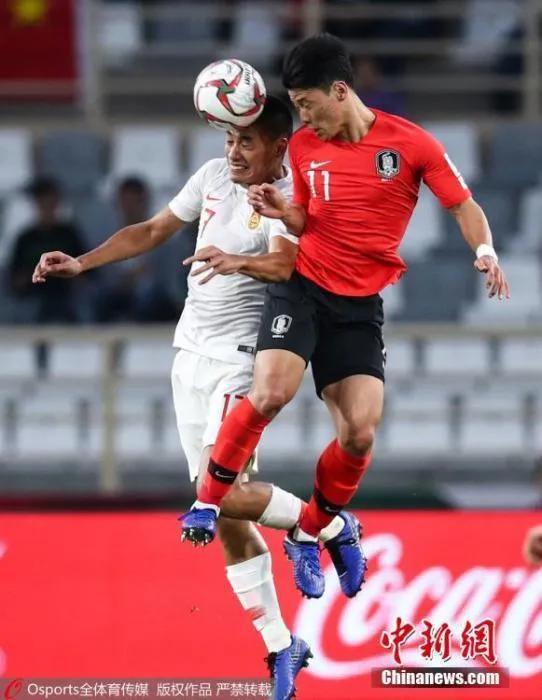 图为中国队张呈栋与韩国队黄喜灿争抢头球。图片来源:Osports通盘育图片社