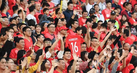 2019赛季中超,球迷在广州天河体育中心庆祝恒大夺冠。新华社记者邓华摄