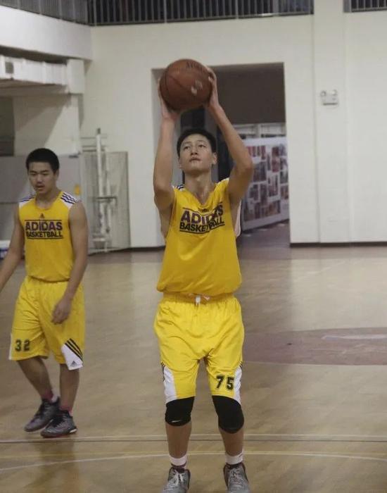 刚开始篮球的区俊炫