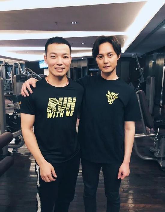 任浩(左)与演员尹正