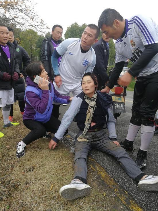 图说:一批业余足球队员在严冬腊月跳入刺骨河水,成功援助溺水女子上岸。