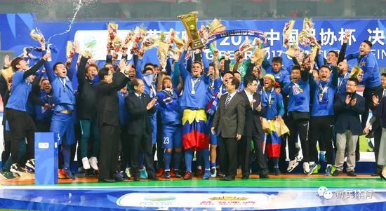 2017年,莫雷诺协助申花赢得足协杯冠军