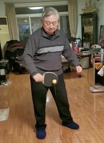 徐寅生在家用乒乓球回弹训练器锻炼