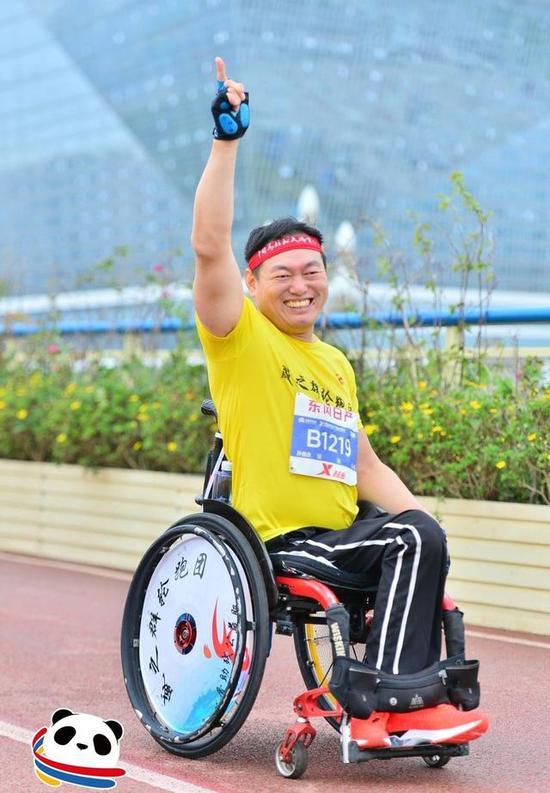 """能跑马拉松也能爬雪山 这两个残疾人硬是""""刚"""""""
