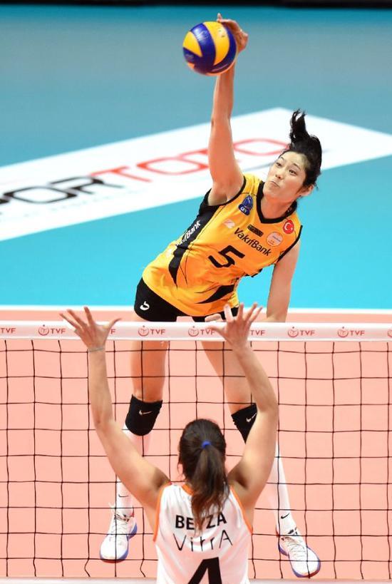 10月31日,瓦基弗银行队球员朱婷(上)在竞赛中扣球。新华社记者贺灿铃摄