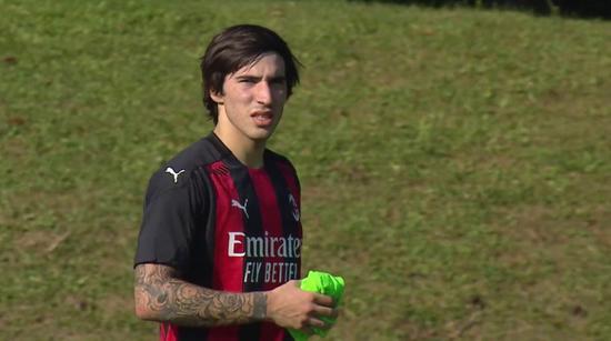 AC米兰中场托纳利在对阵萨索洛的竞赛当中因伤离场